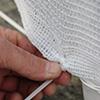 Installazione rete tessuta su cancellata