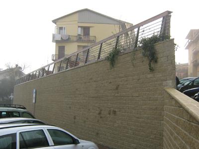 Muro di sostegno a blocchi rinforzato con geogriglie Sistema Tenax T-Block