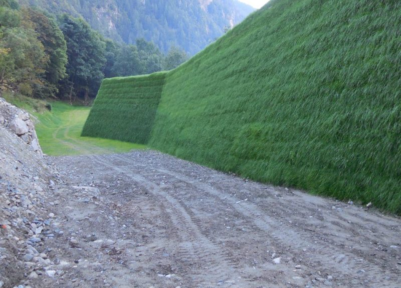 Barriere paramassi in terra rinforzata rinverdita Sistema Tenax Rivel