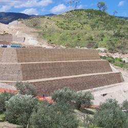 Muro di sostegno in terra rinforzata Sistema Tenax Rivel